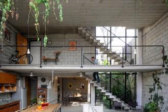Il grande open-space diventa il punto d'osservazione della casa: living e cucina sono distribuiti al piano terreno
