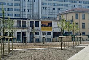 Il modulo giallo di CasaZera inserito nella struttura delle ex Officine Nebiolo di Torino