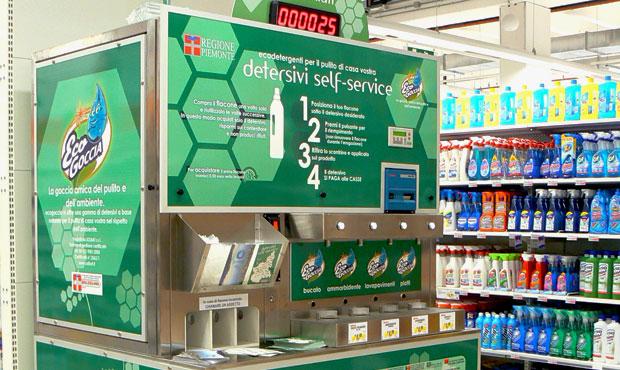 Un distributore di detersivi self-service all'interno di un supermercato