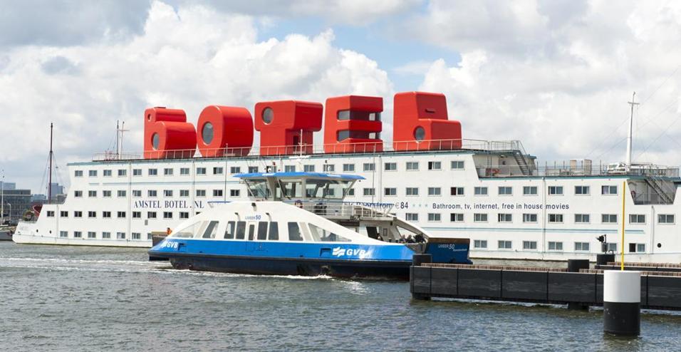 Prima scegli in quale stare, B – O – T – E – L. Poi prenoti. Sono le Loft-Letters, le nuove camere dell'albergo-galleggiante Amstel sul lago IJ di Amsterdam. Di colore rosso e alte più di 6 metri, si trovano sul ponte superiore del traghetto, ogni interno è firmato da un designer olandese. Dalla B di Richard Hutten, un mezzo tubo con scala a chiocciola, alla L con oblò e soppalco dell'architetto Moriko Kira. Passando per la O, un open space circolare; la T, in legno con scala e ascensore; e la E, con proiettore e belvedere.
