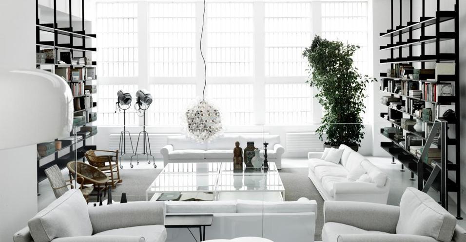 Nuovo spazio e nuovo concept. De Padova abita ora in uno showroom firmato Piero Lissoni. E offre una consulenza di arredo e interior decoration a 360°. Elegante ed esclusiva