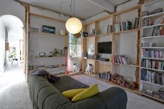 Il rivestimento morbido del Divano Strip di Cini  Boeri per Arflex porta un tocco di relax nel cottage ristrutturato a Melbourne dallo studio Edwards Moore