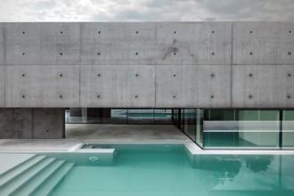 La facciata può essere divisa orizzontalmente in tre fasce: la prima è formata dalle vetrate che corrono lungo tutta l'abitazione