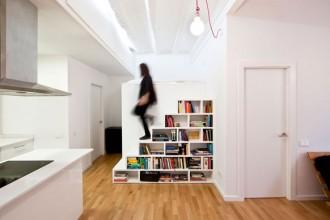 Era un appartamento d'epoca nel centro storico di Barcellona: ristrutturato dall'architetto Eva Cotman si trasforma in un loft luminoso dove gli spazi minimi (40 mq) sono progettati per essere iper-funzionali. Un esempio la libreria che è elemento divisorio