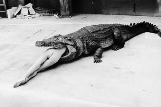 Tra i tanti scatti di Helmut Newton in mostra al Palazzo delle Esposizioni fino al 21 luglio: Sella I (serie Sleepless Nights)
