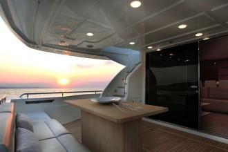 Massimo comfort nel salotto esterno del main deck dell'imbarcazione