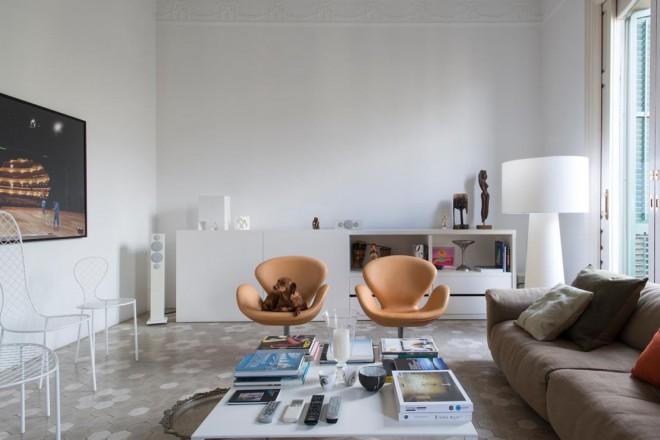 arredi classici e moderni in una casa in stile gaudì - Arredamento Antico Moderno