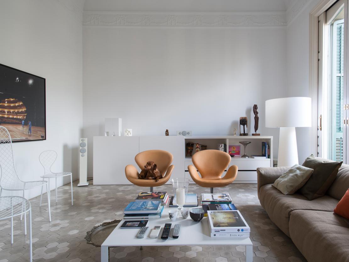 Arredi classici e moderni in una casa in stile gaud for Foto di arredamento casa