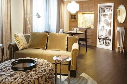La contemporaneità del design si coniuga con il lucido della laccatura e motive decorative di ispirazione orientale