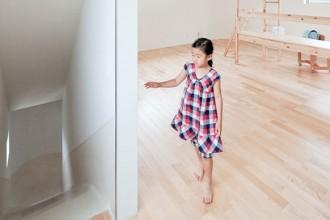 Uno dei tre bambini che abitano nella casa con lo scivolo