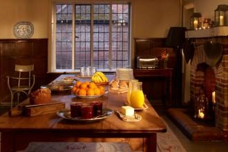 Sul grosso tavolo di legno frutta fresca e marmellate fatte in case per la colazione. Tutto fa pensare ad un ambiente domestico
