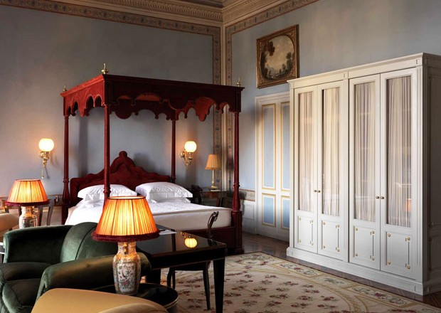 L'hotel Villa Cora a Firenze è stato restaurato e riaperto nel gennaio 2011 dal Gruppo Whythebest Hotels. In foto l'Imperial Suite dedicata all'imperatore giapponese Hirohito