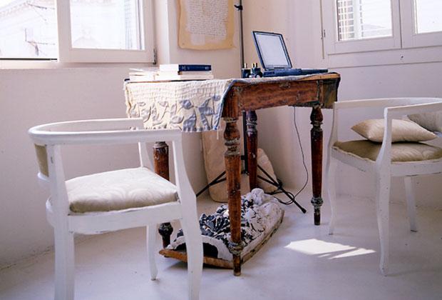 La camera da letto della casa di Anita Sieff a Venezia. Appartata rispetto all'ambiente principale