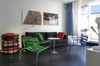 Nel living dell'appartamento di Jonas alcuni  dei suoi pezzi: il contenitore Cage e la lampada da tavolo Symbio prodotte da Hello Industry e la sedia da esterno Mr Gardner prodotto da Berga Form. Foto di Kent Johansson
