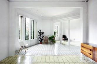 L'ampia sala dell'appartamento. Le grandi aperture delle porte