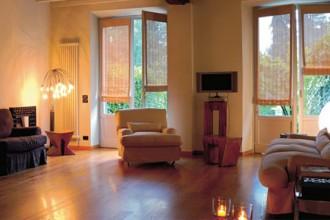 Il parquet in rovere di quest'abitazione è recuperato dalle stalle di una villa del Cinquecento ad Appiano Gentile (Como)