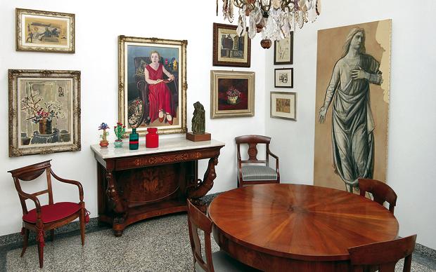 Interno della sala da pranzo della casa milanese di Claudia Gian Ferrari: lotto 2. Tavolo lastronato in noce