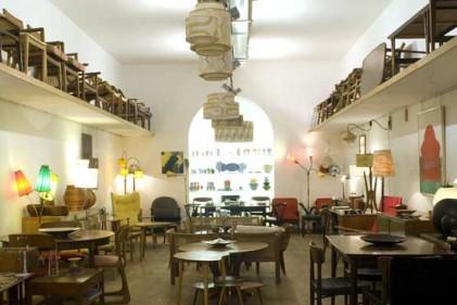 Nello spazio affacciato su via Tiepolo e allestito con informale eleganza si alternano lampade