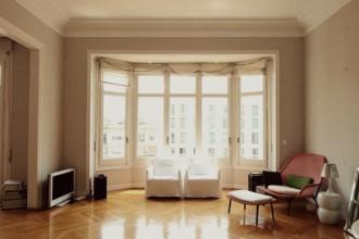 La luminosa zona living. Le poltroncine bianche sono della collezione Ghost di Paola Navone per Gervasoni