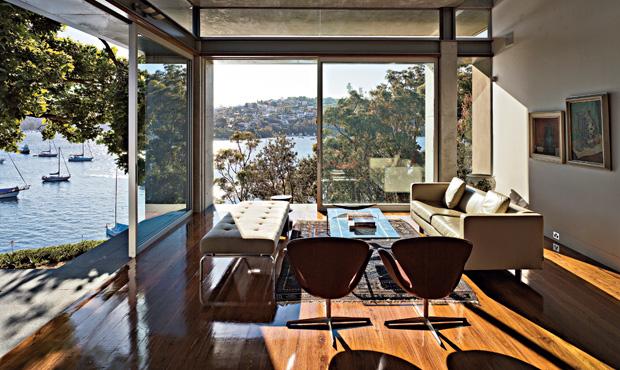 Grandi vetrate aprono la zona del living