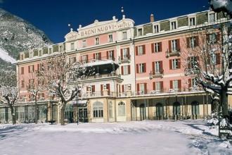 Una visione notturna e innevata della facciata del Grand Hotel Bagni Nuovi di Bormio