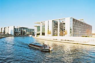 I palazzi del Governo lungo il fiume Sprea