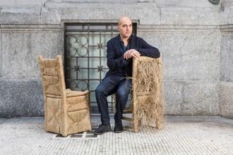 Alberto Biagetti con due delle sedie impagliate della serie Vincent