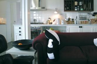 Gli interni della casa a Capalbio ristrutturata dallo studio di architettura Roberto Liorni. In primo piano sulla sinistra la Eames Lounge Chair di Vitra