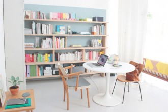A casa di Caroline Gomez. La libreria è evidenziata da un rettangolo azzurro dipinto sulla parete