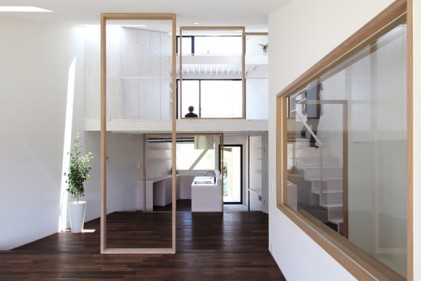 All'interno dell'abitazione una successione di telai in legno riprende il motivo delle cornici che ha dato forma all'edificio