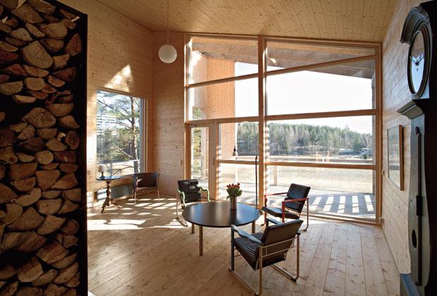 Una immagine del soggiorno: dalle vetrate è possibile godere la vista della campagna