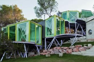 La casa costruita su diversi livelli è stata concepita con uno studio che parte dal paesaggio arboreo del sito su cui è costruita