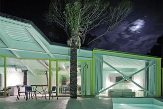 Lo sviluppo della casa e i colori pop sono un incontro ideale tra le atmosfere hippie e una estetica ispirata alla California