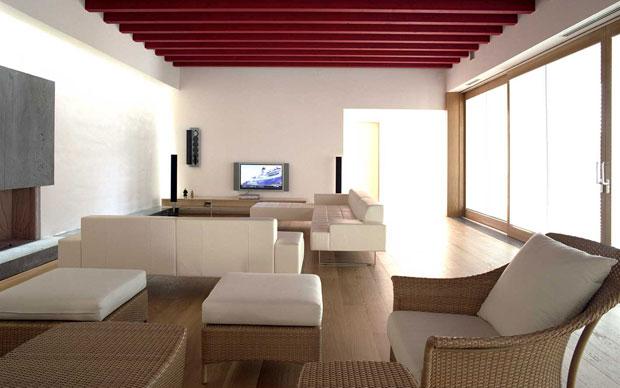 Il living della casa a Buccheri: un ambiente ampio chiuso su tre lati e completamente aperto verso la corte interna