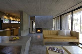 Legno e cemento all'interno: gli arredi sono tutti stati realizzati su disegno appositamente per la casa