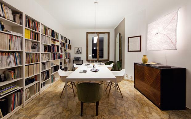 Nello spazio di lavoro principale i tavoli bianchi sono disegnati da Antonella Dedini e realizzati dalla Falegnameria Cugini Caspani. Sedie Plastic Armchair Daw