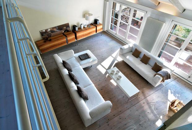 """Il pavimento del soggiorno è in legno di abete svedese sbiancato e trattato con olii naturali. I divani sono """"Metro²"""""""