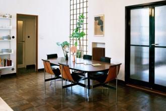 La zona pranzo con  il tavolo di Charles & Ray Eames per VITRA. Sedie vintage di William Katavolos. Candelabri Shining di DANTE. Scaffali di Dieter Rams per DE PADOVA. Lampada vintage