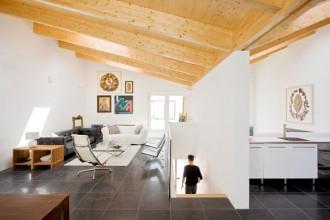 Il piano superiore della V-House con il caratteristico soffitto mansardato
