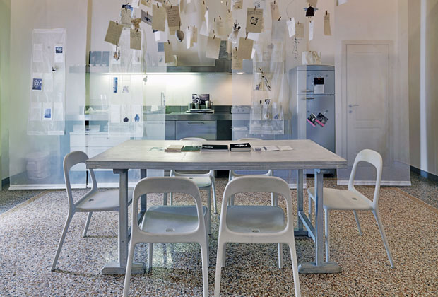 Il pavimento in seminato caratterizza tutta l'abitazione di Lucca. Le sedie sono le Urban di Ikea