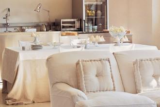 Il living è una studiata successione di zone funzionali: il pranzo con sedie in ferro battuto dipinto di bianco dalla padrona di casa e la zona conversazione raccolta attorno al maxi schermo del televisore. D'antan il ventilatore e il lampadario in vetro di murano rigorosamente bianco