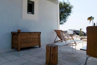 Una vista spettacolare e una posizione isolata caratterizzano la casa delle vacanze di due giovani ateniesi che hanno scelto la perla dell'Egeo come dimora estiva