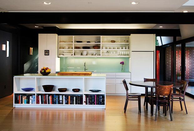 Gli ambienti interni presentano una maggiore uniformità rispetto all'esterno. Nonostante l'essenzialità degli arredi e la strutturazione a open space