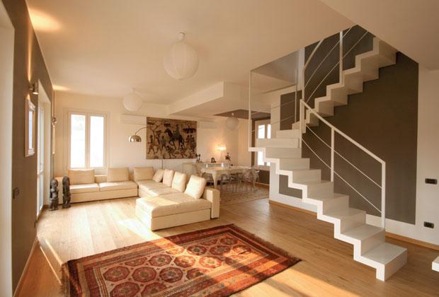 Spazialità da loft declinate attraverso il linguaggio classico. E' la cifra stilistica dell'appartamento su due piani progettato a Milano da Simona Basili dello studio SBA