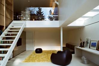 Il soggiorno distribuito su due livelli: la parte più privata