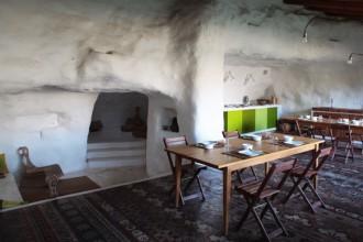 La sala colazione di Casa Talìa con il pavimento in ceramica tipico della zona. Foto di Matteo Cirenei