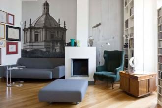 Il soggiorno caratterizzato dalla gigantografia di Gionata Xerra. Sul camino vasi Venini e Barovier&Toso. Davanti al divano CB2
