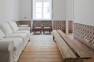 L'interno di uno degli appartamenti ristrutturati dall'architetto José Adrião Arquitecto a Lisbona. I rivestimente in ceramica