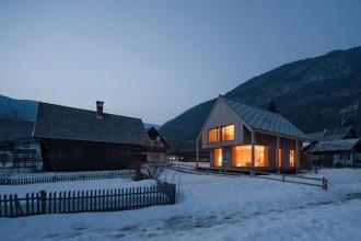 Gli architetti sloveni Ofis Arhitekti hanno realizzato una casa per le vacanze rileggendo in chiave contemporanea lo stile tradizionale