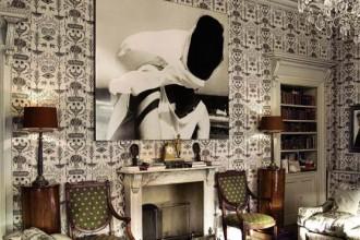 Il salotto con il camino neoclassico. Sulla parete